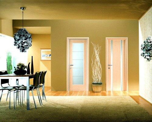 Интерьер со светлыми межкомнатными дверями