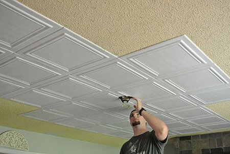 Как покрасить валиком потолочную плитку из пенопласта